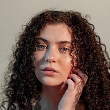 Lilla Crawford Image